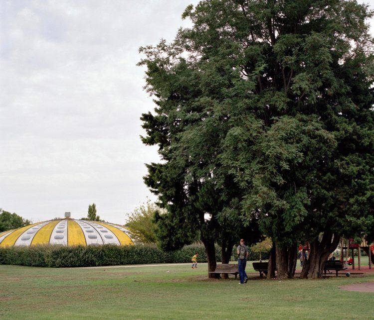 Brigitte Bauer | Aller aux jardins | 2010-2011 | Arles, avenue de Pskov, série Aller aux Jardins 2010-11, réalisée dans le cadre du programme Images Contemporaines/Patrimoine du CG13