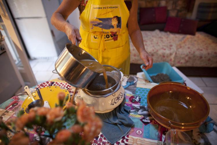 Hélène David | L'esprit des calanques | 2008-2011 | La soupe de poisson dans le cabanon de Jeannine Blanc à Morgiou.Marseille, 9ème arrondissement.29/09/2010.