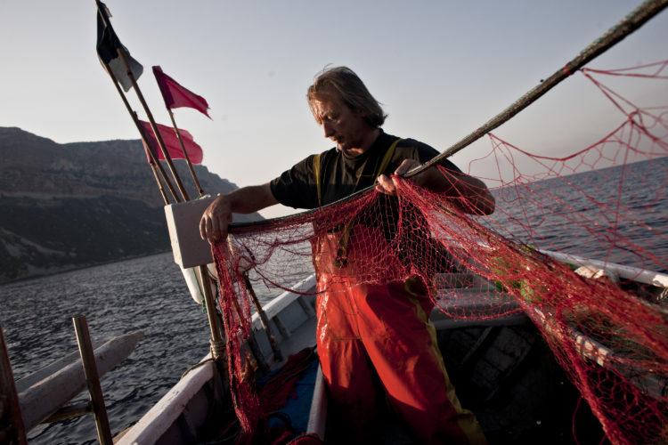 Hélène David | L'esprit des calanques | 2008-2011 | A l'aube, Laurent Gianettini  relève les filets au large du cap Canaille. Cassis, 10/08/2010.