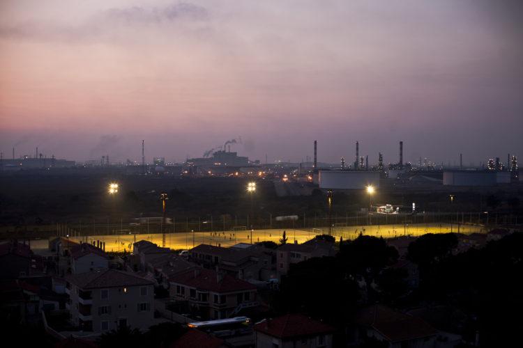 L'équipe 3 de l'Etoile Sportive Fossénne. derrière le Stade des Marais, on distingue l'usine Arcelor Mittal