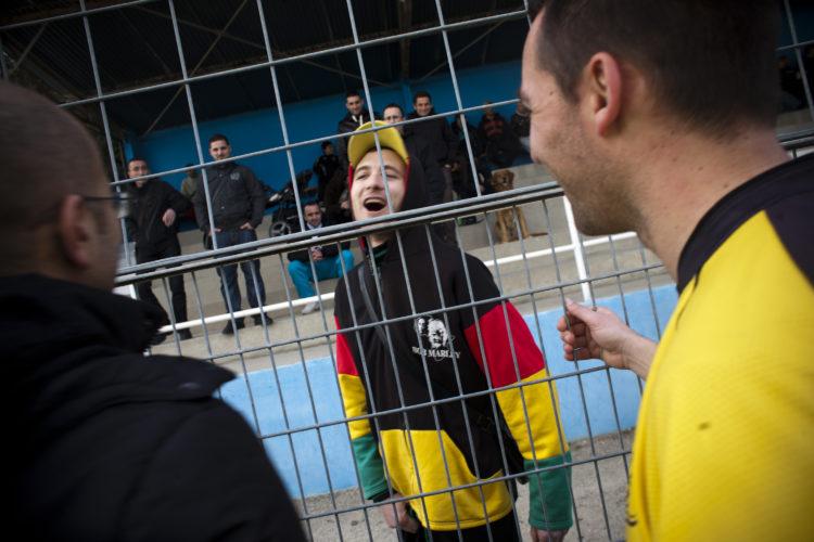 Hélène David | Gueule d'Hexagone — Seveso Football Club | 2011 | L'équipe 3 de l'Etoile Sportive Fosséenne. en déplacement à la Mède, Eric, blessé, soutient son équipe.