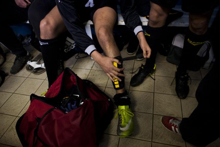 Hélène David | Gueule d'Hexagone — Seveso Football Club | 2011 | L'équipe 3 de l'Etoile Sportive Fosséenne. Saint-Martin de Crau, préparation avant le Match.