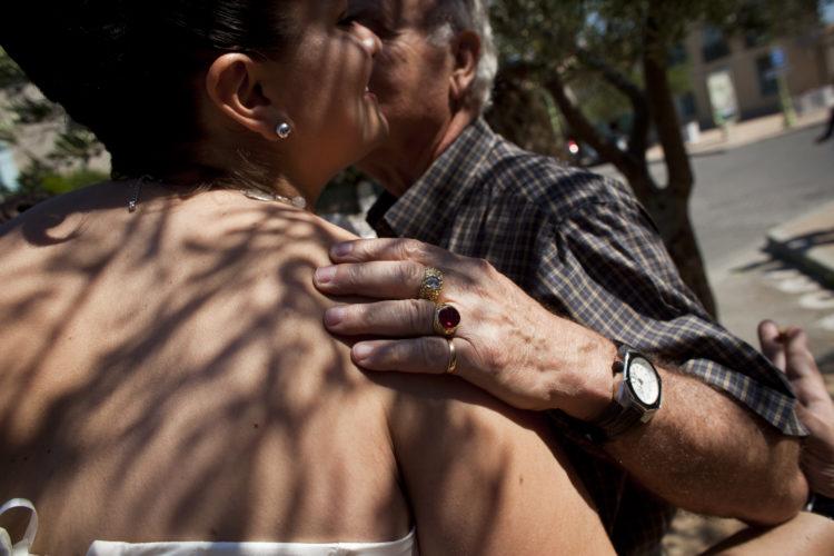 Hélène David | Gueule d'Hexagone — Seveso Football Club | 2011 | L'équipe 3 de l'Etoile Sportive Fosséenne. Caroline Soto embrasse son père à la sortie du baptême d'Alessandro.