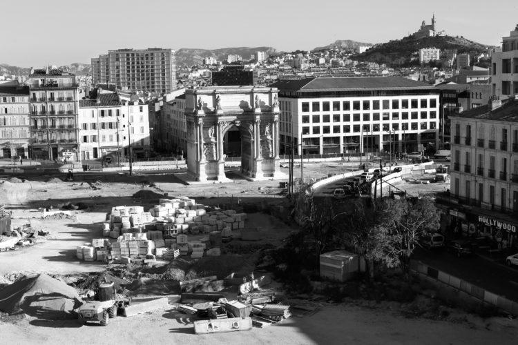 Emma Grosbois | 10 vues de Marseille, photographies véritables | 2018 | Arc de triomphe de la Porte d'Aix, construction de 1823 à 1839. L'inscription figurant sur le fronton de l'arc de triomphe a changé au gré des gouvernements.