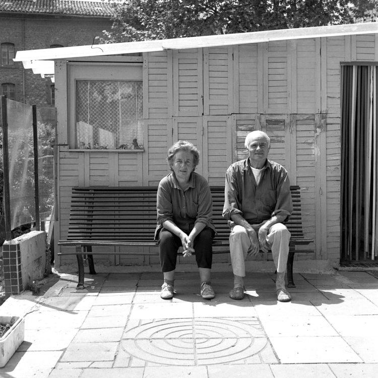 Anne Loubet   Les jardins ouvriers   1998-1999   PORTRAIT DES JARDINIERS  M ET ME SALSANO DANS LEUR  PARCELLE, JARDIN MAGALI AIGUIER A LA VALENTINE, MARSEILLE,