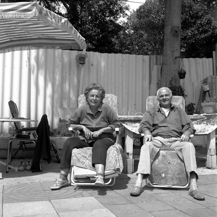 Anne Loubet   Les jardins ouvriers   1998-1999   PORTAITS DES JARDINIERS  M ET ME SALSANO DANS LEUR  PARCELLE, JARDIN MAGALI AIGUIER A LA VALENTINE, MARSEILLE,