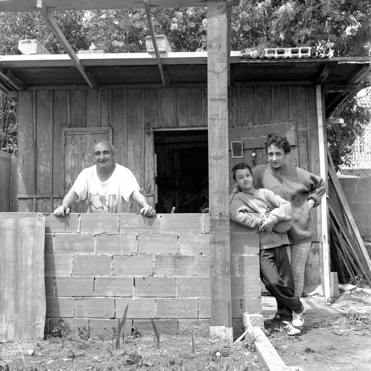 Anne Loubet   Les jardins ouvriers   1998-1999   PORTRAIT DE JARDINIERS DANS LEUR PARCELLE, JARDIN MAGALI AIGUIER A LA VALENTINE, MARSEILLE, FÉDÉRATION NATIONALE DES JARDINS FAMILIAUX ET COLLECTIFS.