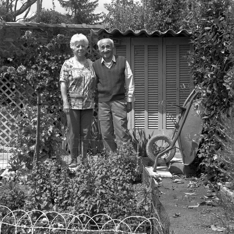 Anne Loubet   Les jardins ouvriers   1998-1999   PORTRAIT DE M ET ME BARTOLO AU CABANON ET DANS LA PARCELLE, JARDIN MAGALI AIGUIER A LA VALENTINE, MARSEILLE, FÉDÉRATION NATIONALE DES JARDINS FAMILIAUX ET COLLECTIFS.