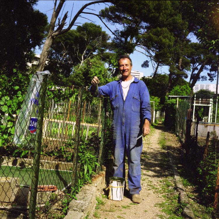 Anne Loubet   Les jardins ouvriers   1998-1999   PORTRAIT DE JARDINIERS DANS LEUR PARCELLE AU JARDIN JOSEPH AIGUIER A MAZARGUES, MARSEILLE, FÉDÉRATION NATIONALE DES JARDINS FAMILIAUX ET COLLECTIFS.