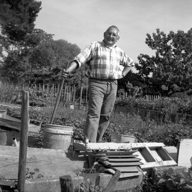 Anne Loubet   Les jardins ouvriers   1998-1999   PORTRAIT DE M LA BAILLE, JARDINIERS AU GROUPE JOSEPH AIGUIER A MAZARGUES, MARSEILLE, FÉDÉRATION NATIONALE DES JARDINS FAMILIAUX ET COLLECTIFS.
