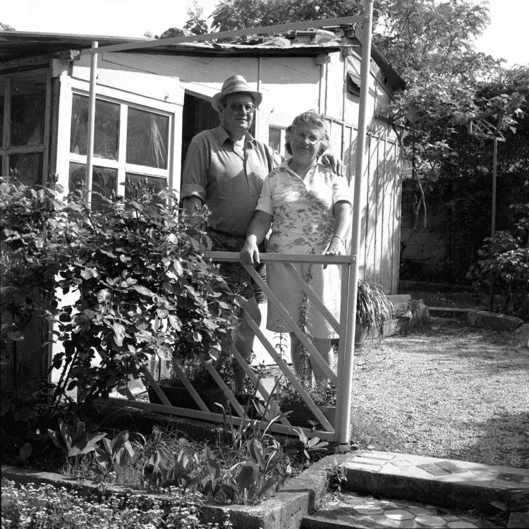 Anne Loubet   Les jardins ouvriers   1998-1999   PORTRAIT AU CABANON ET DANS LA PARCELLE, JARDIN JOSEPH AIGUIER A MAZARGUES, MARSEILLE, FÉDÉRATION NATIONALE DES JARDINS FAMILIAUX ET COLLECTIFS.