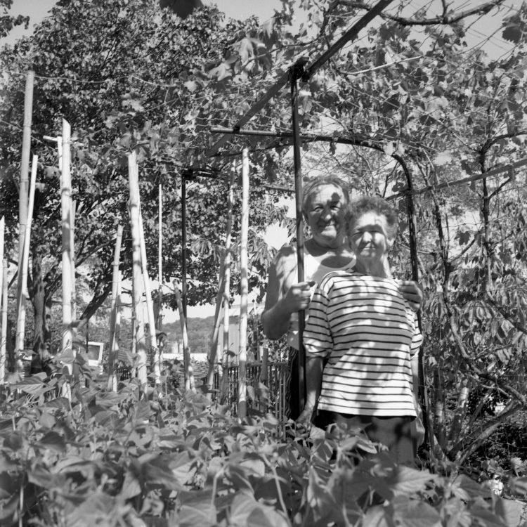 Anne Loubet   Les jardins ouvriers   1998-1999   PORTRAIT DE JARDINIERS DANS LEUR PARCELLE AU JARDIN BERRE PASTOUR A LA VALENTINE, MARSEILLE, FÉDÉRATION NATIONALE DES JARDINS FAMILIAUX ET COLLECTIFS.