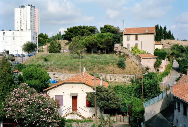 Geoffroy Mathieu | Marseille, ville sauvage | 2007-2010 | Quartiers Nord. Cité la Viste et habitat pavillonnaire, vus depuis l'avenue de Saint-Louis.