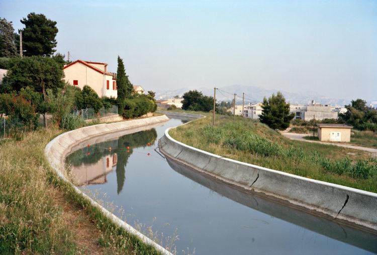 Geoffroy Mathieu | Marseille, ville sauvage | 2007-2010 | Quartiers Nord, le Merlan. Le Canal de Marseille transporte l'eau de la Durance qui irrigue le terroir marseillais depuis le milieu du XIXe siècle.