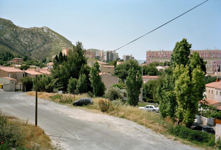 Geoffroy Mathieu | Marseille, ville sauvage | 2007-2010 | Quartiers Est, Saint-Loup. L'étalement urbain est arrêté par le massif de Carpiagne, encore marqué par l'incendie de 2009.