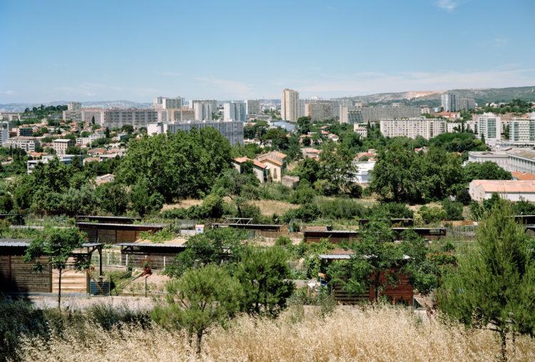 Geoffroy Mathieu | Marseille, ville sauvage | 2007-2010 | Vue sur les quartiers Nord depuis les jardins ouvriers et familiaux de Montolivet, situés sur l'emprise du foncier acquis au milieu du XXe siècle pour la voie de contournement L2.