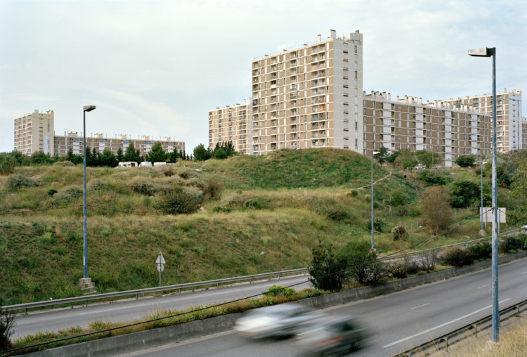 Geoffroy Mathieu | Marseille, ville sauvage | 2007-2010 | Quartiers Nord, le Merlan. Un talus en friche sépare la résidence Charles-Rougny de l'avenue Salvador-Allende.