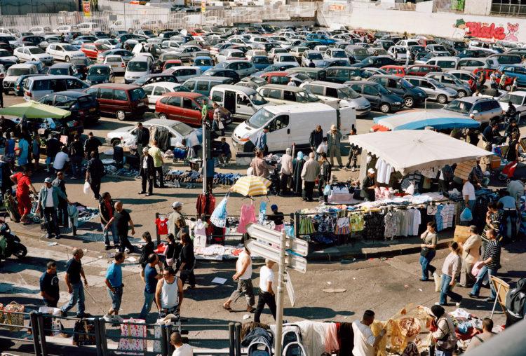 Geoffroy Mathieu | Marseille, ville sauvage | 2007-2010 | Quartiers Nord, rue de Lyon. Marché informel de voitures d'occasion aux puces des Arnavaux.