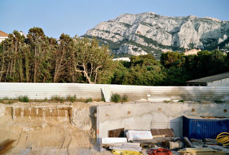 Geoffroy Mathieu | Marseille, ville sauvage | 2007-2010 | Quartiers Sud, Montredon. Chantier, avenue de la Madrague de Montredon, au pied du massif de Marseilleveyre.