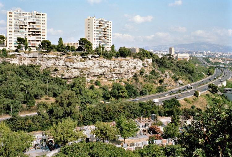 Geoffroy Mathieu | Marseille, ville sauvage | 2007-2010 | Quartiers Nord, cluse des Aygalades. L'autoroute Nord (A7) entre le cimetière des Aygalades et la résidence le Montléric.