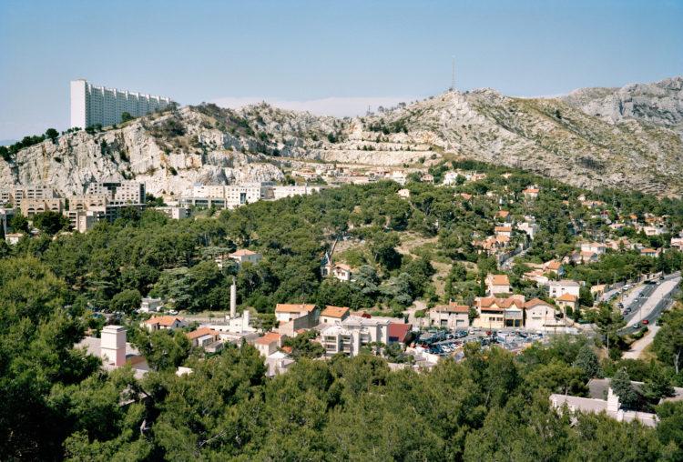Geoffroy Mathieu | Marseille, ville sauvage | 2007-2010 | Quartiers Sud, le Redon. La résidence de la Rouvière sur un épaulement du massif de Carpiagne.