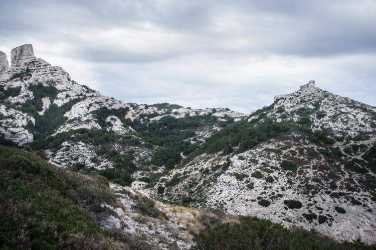 Anne Loubet | Marseille les collines | 2006-2020 | MASSIF DE MARSEILLEVEYRE ET VILLAGE DE CALLELONGUE EN CONTREBAS, VUE DEPUIS LE MASSIF DES GOUDES