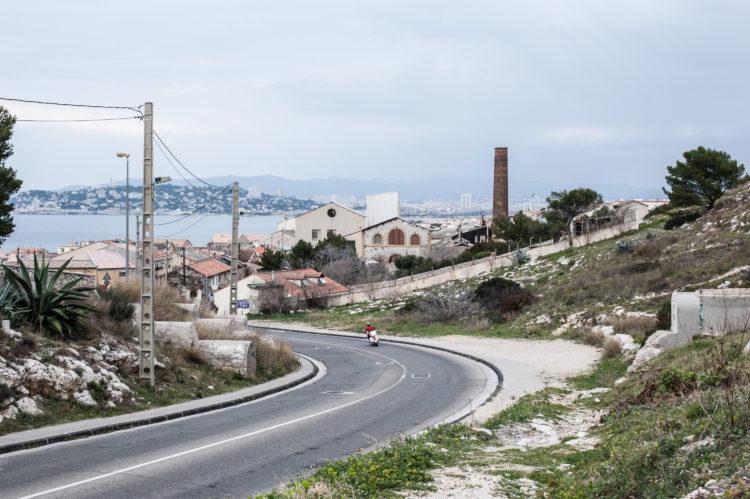 Anne Loubet | Marseille les collines | 2006-2020 | AU PIED DE MONTROSE , LE CHEMIN DES GOUDES ARRIVE À LA MADRAGUE DE MONTREDON, AVEC L'USINE DE LA VERRERIE ET LE CANAL DE MARSEILLE, MARSEILLE 8