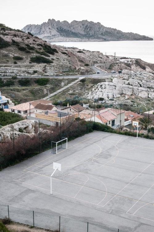 Anne Loubet | Marseille les collines | 2006-2020 | VUE SUR LE GYMNASE DE MONTROSE, SAMENA ET LE CHEMIN DES GOUDES AVEC AU LOIN LE MASSIF DE L'ILE MAÏRE, MARSEILLE 8