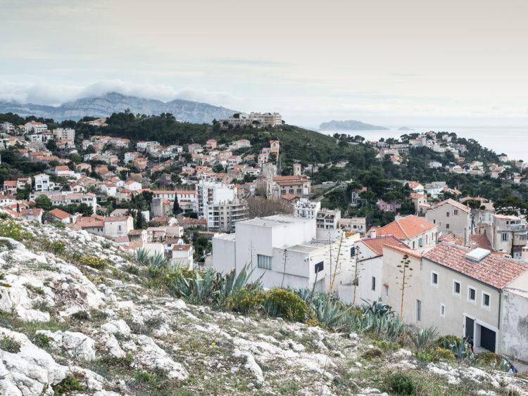 Anne Loubet | Marseille les collines | 2006-2020 | COLLINE DE NOTRE DAME DE LA GARDE, VUE SUD DANS L'AXE DE LA PLACE DU TERRAIL, AVEC LA PAROISSE DU ROUCAS EN CONTREBAS , LA COLLINE DE LA MAISON DE RETRAITE LE SOLEIL DU ROUCAS, ET LA COLLINE DU CHEMIN DU SOUVENIR, MARSEILLE 7