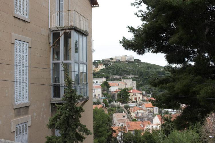 Anne Loubet | Marseille les collines | 2006-2020 | DEPUIS LE BVD AMÉDÉE AUTRAN VUE SUR LES MAISONS DU VALLON DE L'ORIOL  ET LA COLLINE DE LA MAISON DE RETRAITE LE SOLEIL DU ROUCAS, MARSEILLE 7