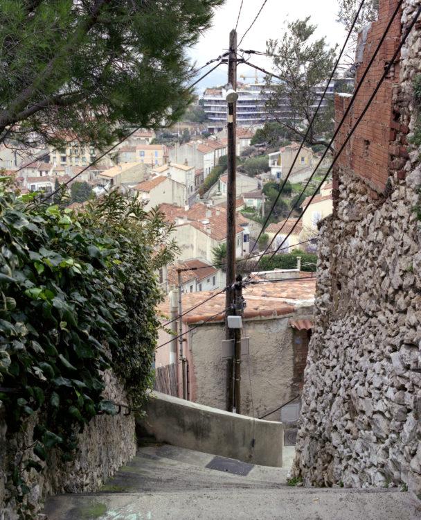 Anne Loubet | Marseille les collines | 2006-2020 | ESCALIERS AVEC VUE SUR LE VALLON DE L'ORTIGNES ET L'IMMEUBLE DU BVD GAGLIARDO, QUARTIER ROUCAS BLANC , MARSEILLE 7
