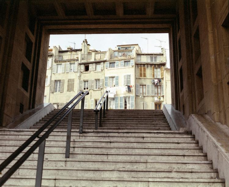 Anne Loubet | Marseille les collines | 2006-2020 | ESCALIER SOUS L'IMMEUBLE DU  26 RUE CAISSERIE, VUE DEPUIS LES ESCALIERS DE LA RUE DE LOGE, QUARTIER DU PANIER, MARSEILLE 2