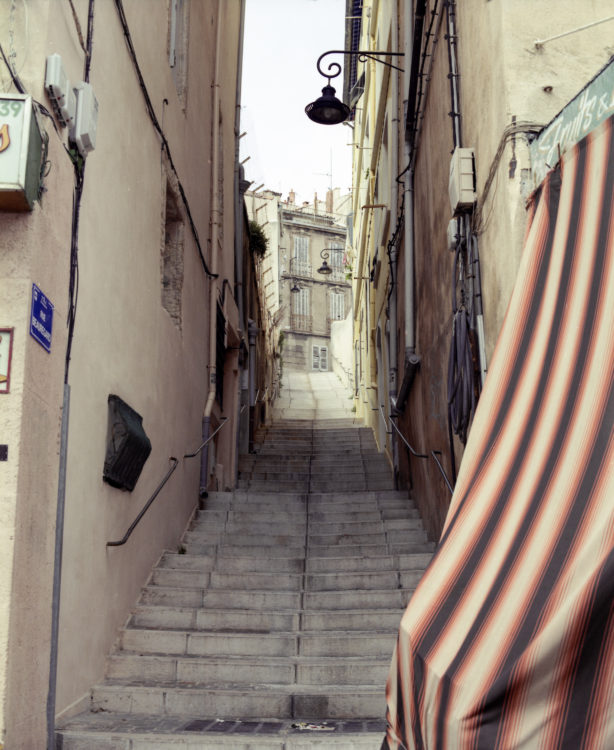 Anne Loubet | Marseille les collines | 2006-2020 | MONTÉE DE MARCHES DE LA RUE BEAUREGARD, VUE DEPUIS LA RUE CAISSERIE, QUARTIER DU PANIER, MARSEILLE 2