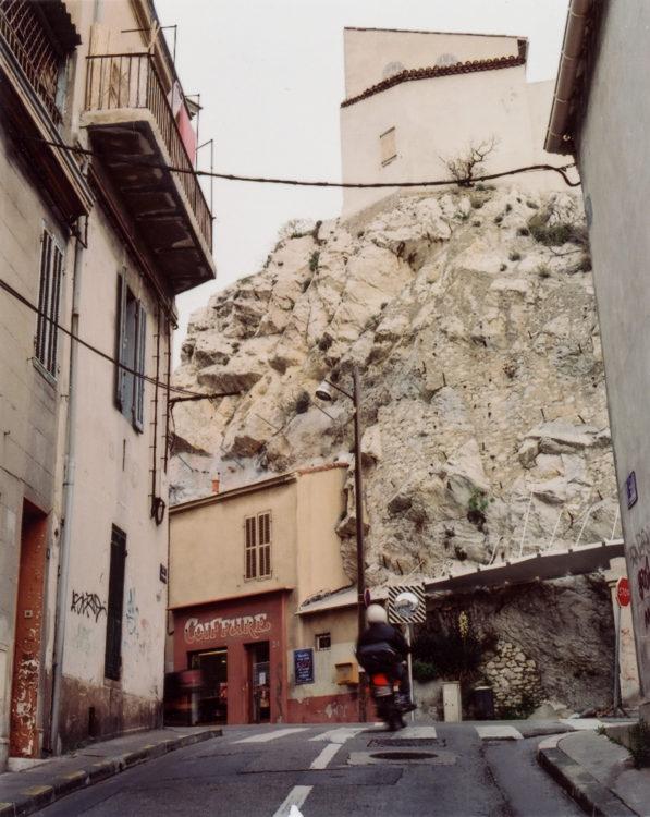 Anne Loubet | Marseille les collines | 2006-2020 | AU CROISEMENT DE LA RUE DU CAMBODGE LA COLLINE DE LA RUE DE LA GUADELOUPE, QUARTIER VAUBAN, MARSEILLE 6
