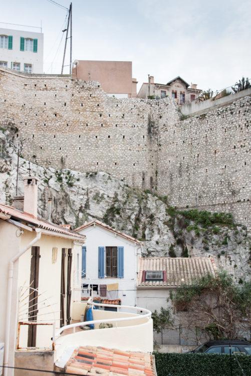 Anne Loubet | Marseille les collines | 2006-2020 | MAISONS AU PORT DU VALLON DES AUFFES ACCOLÉES A LA COLLINE D'ENDOUME EN HAUT LES VILLAS DE LA RUE DES PECHEURS, MARSEILLE 7