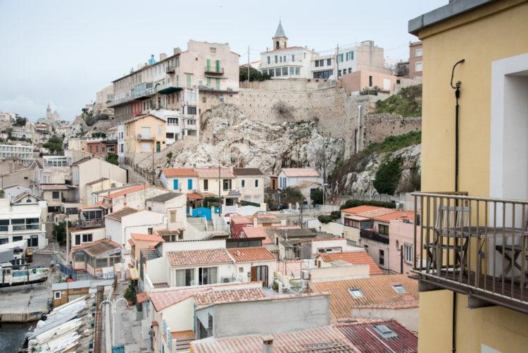 Anne Loubet | Marseille les collines | 2006-2020 | LE VILLAGE DU VALLON DES AUFFES ET LA COLLINE D'ENDOUME AVEC AU LOIN LA COLLINE DE NOTRE DAME, VUE DEPUIS LE PONT DE LA CORNICHE, MARSEILLE 7