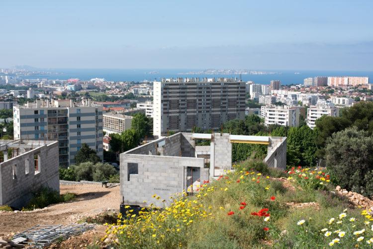 Anne Loubet | Marseille les collines | 2006-2020 | LOTISSEMENT EN CONSTRUCTION BVD LOMBARD  AVEC VUE AU SUD VERS LES IMMEUBLES DE LA CITÉ DU CASTELLAS, LE PARC DE L'OASIS , LE QUARTIER DES AYGALADES ET L'ARCHIPEL DU FRIOUL, QUARTIER BOREL AYGALADES, MARSEILLE 15