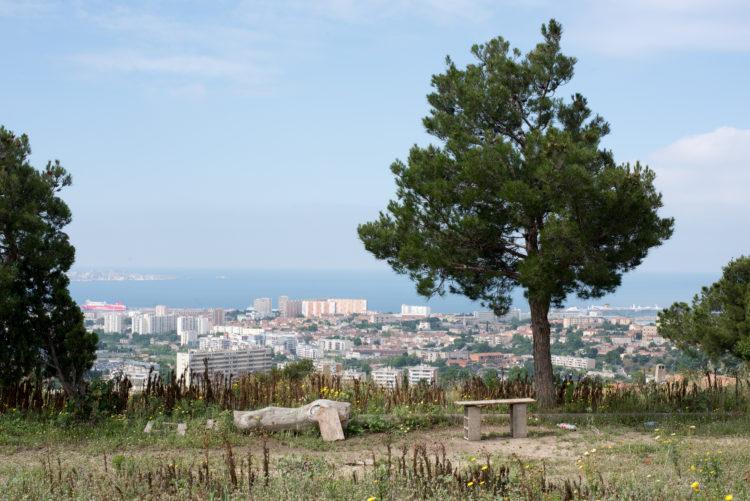 Anne Loubet | Marseille les collines | 2006-2020 | EN FIN DU BD LOMBARD, LA COLLINE DE LA MURE, VUE SUR LES QUARTIERS DE LA CABUCELLE, LA CALADE, ST LOUIS, ET LES TERMINAUX DE CROISIERES, QUARTIER BOREL AYGALADES, MARSEILLE 15