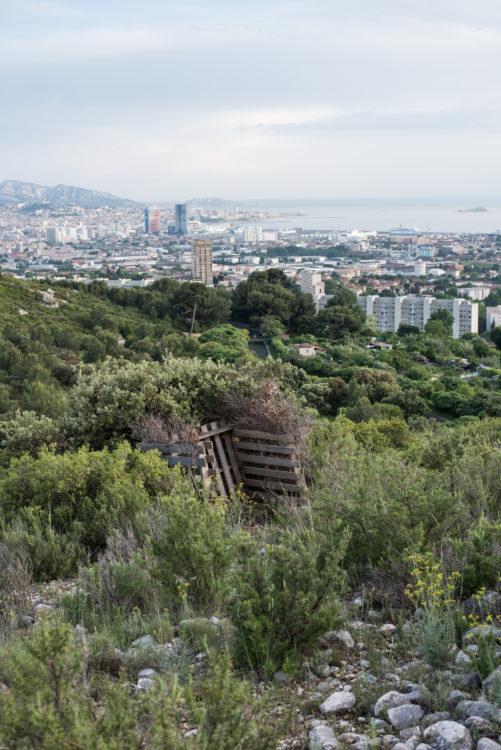 Anne Loubet | Marseille les collines | 2006-2020 | UNE HUTTE DE CHASSEUR COLLINE DE LA MURE, VUE SUR LES JARDINS OUVRIERS DU CASTELLAS ET PANORAMA SUR LA VILLE , TOURS CMA LA MARSEILLAISE, LE PORT ET LA RADE SUD, QUARTIER BOREL AYGALADES, MARSEILLE 15