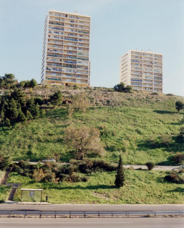 Anne Loubet | Marseille les collines | 2006-2020 | ARRET DE BUS 35 LITTORAL GOURRET SUR L'AXE DE L'AUTOUROUTE DU SOLEIL, LES 2 TOURS D'HABITATIONS DU CAP JANET, QUARTIER CAP JANET MARSEILLE 15