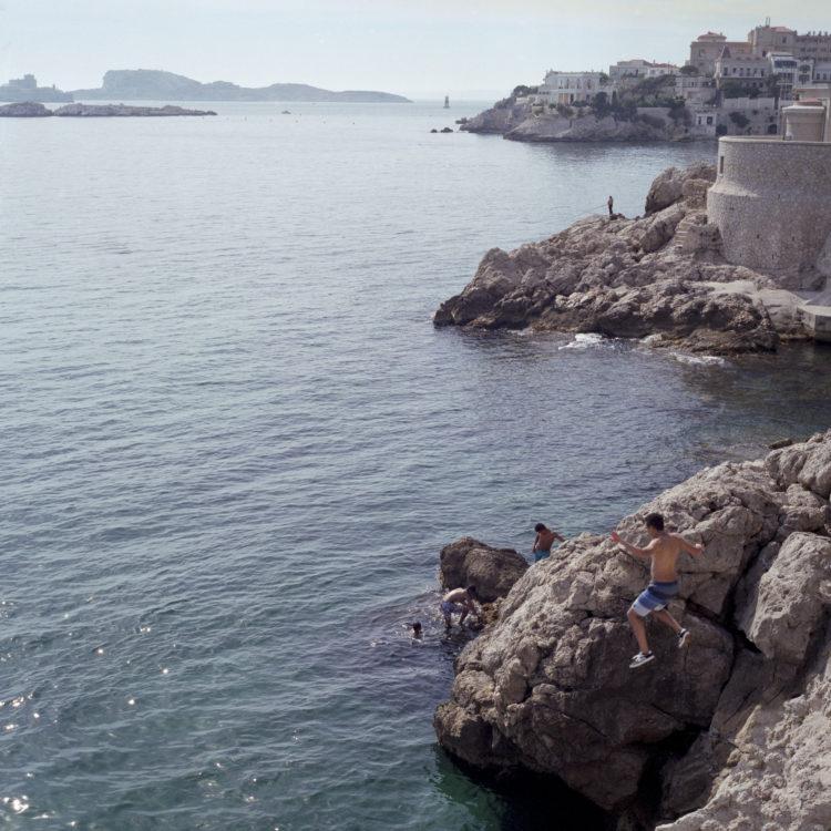 Élise Llinares | Littoral Marseille | 2017-2018 | Garçons sautant dans la mer Corniche Kennedy
