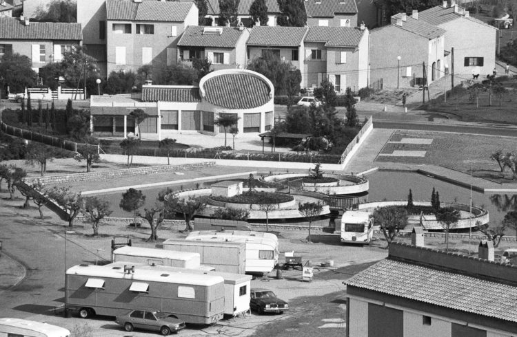 Fabrice Ney | Fos-sur-Mer : regard sur un quotidien localisé | 1977-1979 | Extrait du Fond FOS-SUR-MER - 1979 - Nouvelle place du Marché occupée par des caravanes.