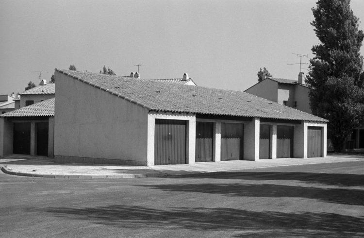 Fabrice Ney | Fos-sur-Mer : regard sur un quotidien localisé | 1977-1979 | Extrait du Fond FOS-SUR-MER - 1979 - Extrait de Série «Lotissements»: garages.
