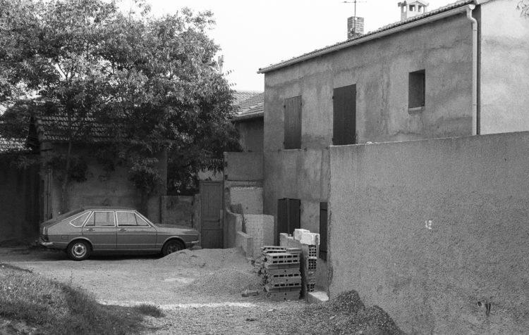 Fabrice Ney | Fos-sur-Mer : regard sur un quotidien localisé | 1977-1979 | Extrait du Fond FOS-SUR-MER - 1979 - Série Centre Ville: Travaux de rénovation, quartier périphérique.
