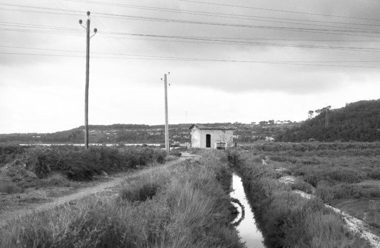 Fabrice Ney | Soude | 1988-1994 | Extrait de SOUDE-Vestiges de l'industrie chimique au XIXème siècle dans les Bouches-du-Rhône - 1988-1993. Série salins de Fos-sur-Mer. Canal, martelière et pompe, cabane technique.