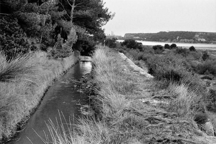 Fabrice Ney | Soude | 1988-1994 | Extrait de SOUDE-Vestiges de l'industrie chimique au XIXème siècle dans les Bouches-du-Rhône - 1988-1993. Série Plan d'Aren. En contrebas de la colline de Saint-Blaise,  canal des Martigues, vue en surplomb sur le Lavalduc.