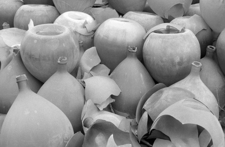 Fabrice Ney | Soude | 1988-1994 | Extrait de SOUDE-Vestiges de l'industrie chimique au XIXème siècle dans les Bouches-du-Rhône - 1988-1993.  Série Rassuen. Dames-jeannes en verre. Vue rapprochée.