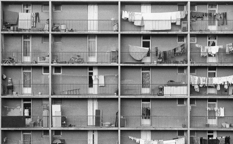Fabrice Ney | ZUP n°1 | 1980-1983 | Extrait de ZUP n°1 - Marseille  - 1981-1983.  Façade arrière P, Balcons occupés par des objets divers, linge, échelle, vélo, pots de fleur, barbecue, etc...