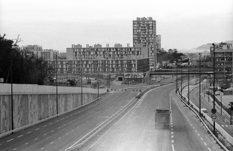Fabrice Ney | ZUP n°1 | 1980-1983 | Extrait de ZUP n°1 - Marseille  - 1981-1983.  Vue en plongée sur l'Avenue S. Allende en fin de travaux, un camion.