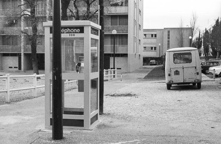 Fabrice Ney | ZUP n°1 | 1980-1983 | Extrait de ZUP n°1 - Marseille  - 1981-1983.  Cabine téléphonique, Arrière de camionnette, barrière béton blanche, façade tour K.